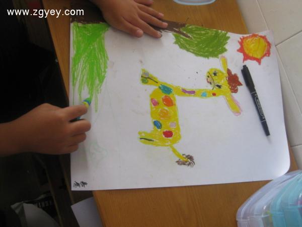 参加瘦瘦长长动物的聚会 ————将画好的作品集中张贴,引导幼儿