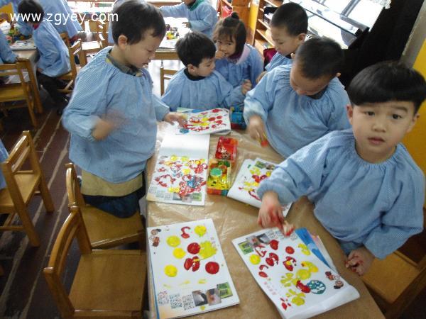 蔬菜印画 活动目标: 1、感知常见几种蔬菜切面的形状和其内部结构的不同。 2、尝试用蔬菜的切面进行印画,初步学习有规律地排列。 3、培养幼儿良好的作画习惯,感受印画的乐趣。 活动准备: 1、蔬菜(藕、青菜根、胡萝卜、菜椒、花菜、蘑菇、豆角等) 2、颜料、颜料盒若干,擦手布 3、范画三张,幼儿用纸(围巾) 4、音乐带 活动过程: (一)通过谈话和操作,丰富幼儿对蔬菜的认识,感知蔬菜切面的形状与内部结构的不同。 1、兔宝宝们:刚才我们一起认识了这些蔬菜宝宝。 蔬菜宝宝很高兴,今天还给大家带来一个小魔术,你们想