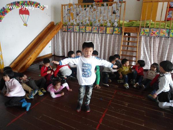 (2) 兔妈妈请小动物们一起来活动身体,小动物跟着兔妈妈做操.  2.