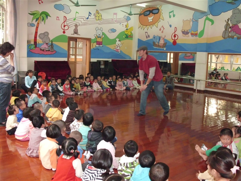 外教老师和我们一起玩游戏-荔湾区逸彩庭园幼儿园