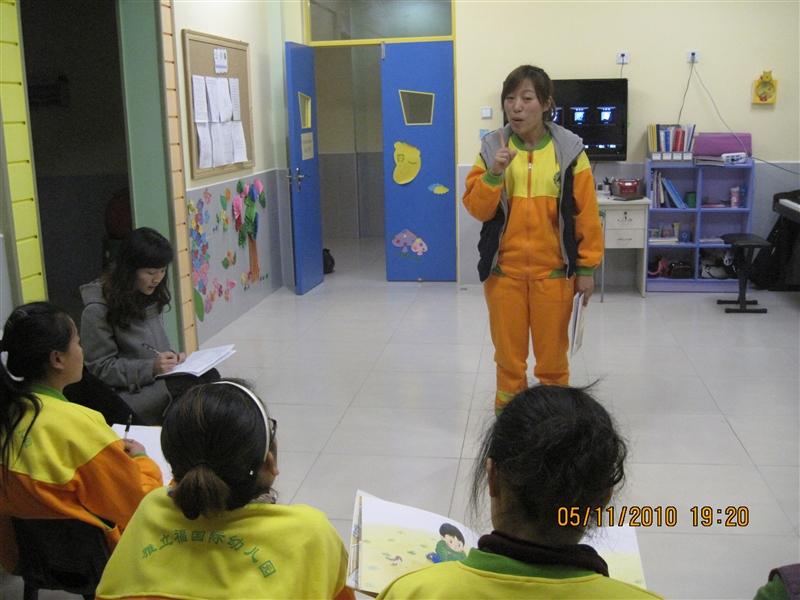 """11月5日(周五)傍晚,雅立福国际幼儿园101教室不时传出悠扬的琴声及阵阵掌声。原来,为深入了解每位在职新教师专业水平,更好的提高教师教学技能,促进教师专业化成长。幼儿园在此开展了""""新教师专业技能考核""""活动。 该活动从幼儿教师的""""说、唱、弹、跳、画""""五大基本技能及生活美语方面对每位新老师一一进行了综合考评。考评中,老师们各自发挥自身专长用出色的表现博得现场阵阵掌声并取得优异成 绩。 充分体现出我园新一批幼儿教师扎实的教学技能和良好的个人素养。 本次活动不仅为"""