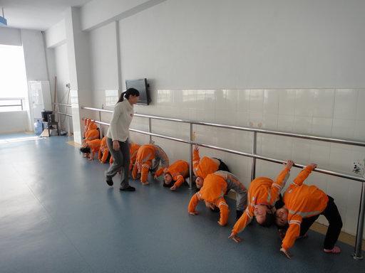 我园新闻  2011年1月10号下午,中心幼儿园2位副园长亲自对晨练舞蹈队