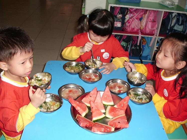 走进幼儿园,体验孩子进餐环节