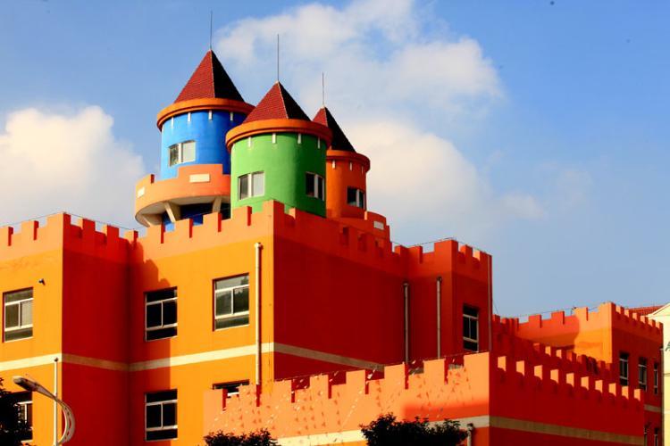 教学楼为欧式城堡外观