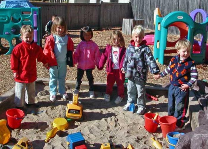 爱弥儿幼儿园有着很大的户外活动场地