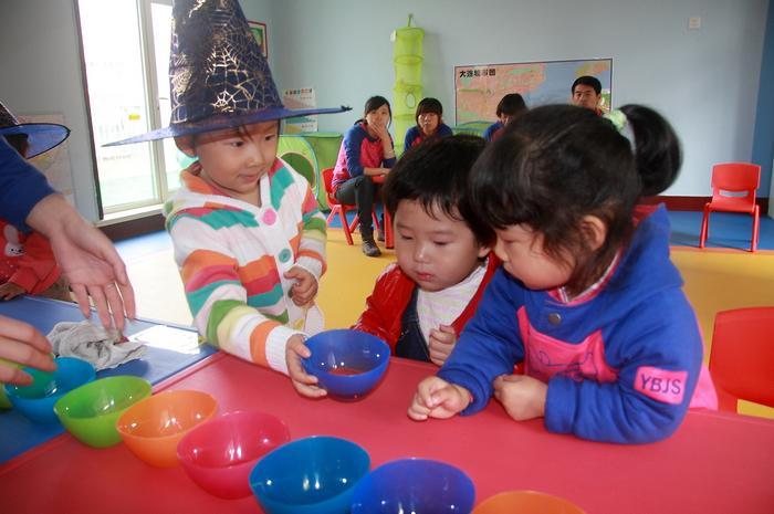 魔法师来了,她要带我们去变魔法,小朋友们好兴奋~~~ 爱弥儿的教学活动强调情境化,也就是说老师不能直接将知识讲给孩子,而是要先设计一个有情节的游戏活动,所有的知识技能都在游戏中渗透~~  每个小朋友都变成了小魔法师。 情境化可以让孩子变成各种角色,充满趣味的活动情节让孩子全身心的参与。  玩中学是幼儿园教育的基本形式,爱弥儿幼儿园的教师不但要让孩子在玩中学,还要求游戏活动的设计要有趣,巧妙~~  专注力是一个孩子学习能力的重要标准,孩子饶有兴致的参与活动,可以培养孩子学习兴趣。有了兴趣就有专注力~~