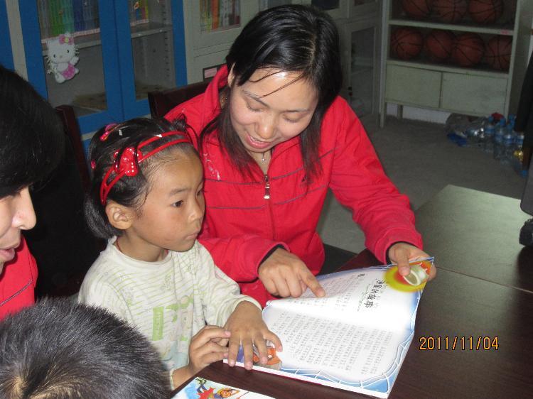 示范幼儿园与留守儿童举行帮扶结对活动