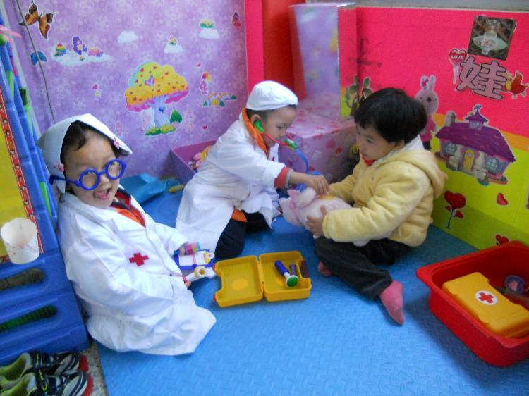幼儿园给娃娃穿衣步骤图图片