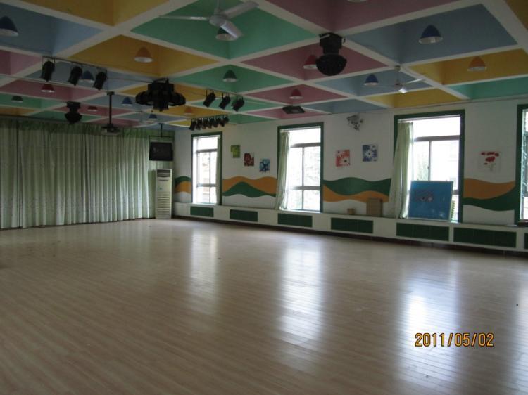 幼儿园进行了外墙体保洁,楼顶大字粉刷,户外滑梯瓷砖铺设,音乐厅木