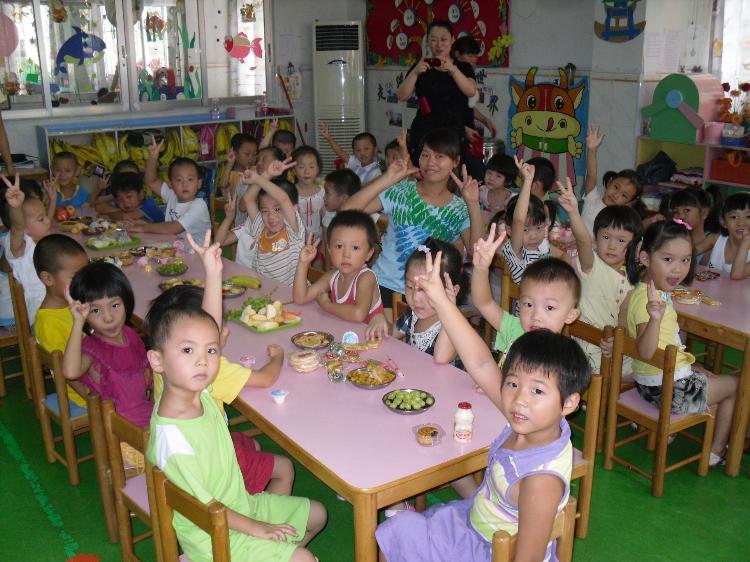 """2011年9月9日,我园各班结合""""庆中秋""""这一主题开展各具特色的庆祝活动。 如小班级的小宝宝开展美术日记画月饼、做灯笼等;中班级的小朋友各自在家带来了些月饼、水果、灯笼等和老师、同伴一起分享节日的快乐;大班级的小朋友则共同欣赏了关于中秋节的一些传说,如中秋节的来历,嫦娥的传说等。"""