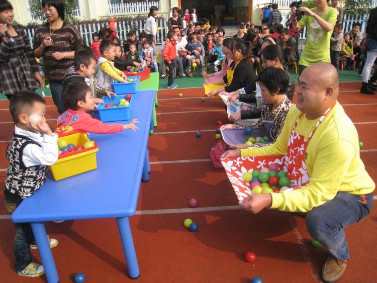 幼儿园中班教案:中班亲子游戏《好玩的纸箱》教案范文