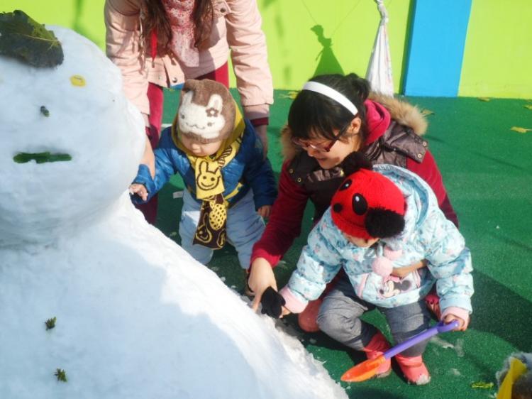 快来堆雪人吧!-新郑迪士尼双语幼儿园