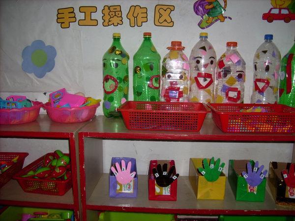 为给幼儿创设丰富美观的活动环境,充分发挥环境的教育作用,市幼儿园一直坚持主题墙的创建和区域活动的开展。瞧!随着主题教学的开展,一幅幅构图设计精美生动、色彩漂亮、内容丰富的主题画跃然墙上,有家园共同收集的图片、照片、有教师上课用的教具,也有幼儿亲手画、剪、折、贴的作品等,既美化了墙面,又是一部部活的教材。在活动室内,各班老师精心布置了温馨的区域环境,材料分类摆放有序,标志醒目的娃娃家、建构区、操作区、美工区、音乐角、科学探究区、体育角中有家长和老师共同为孩子添置、收集的材料,让幼儿在自主游戏与操作中满足个性