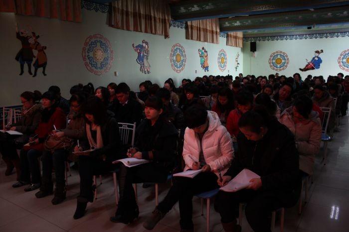 """新岁开启新梦想,新岁承载新希望。2012年2月18日上午,东胜区蒙古族幼儿园召开了""""2011——2012学年第二学期全园工作会议""""。首先由宝德斯书记传达了上级文件精神,以及东胜区教育局2012年工作部署。大会第二项各分管领导就各自负责的工作做了重点安排。其次,杭嵘玛副园长宣读了""""蒙幼2011——2012学年第二学期工作计划"""",本学期,我园将紧紧围绕《东胜教育发展十二五规划》,分解落实东胜教育十大工程,全面推进幼"""