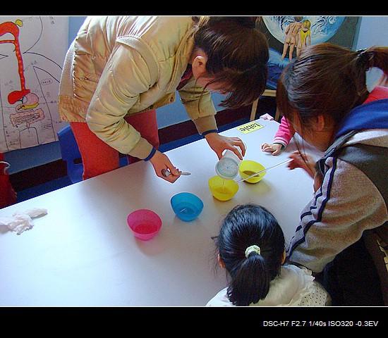 小班孩子在科学室做科学实验。今天的实验内容是什么呢? 刘老师拿出了一碗水,让大家尝一尝。  有的碗里的水是甜甜的,有的碗里的水是咸咸的,这是为什么呢?  碗里的水味道不同,可是看上去都一样啊~~  乐乐能知道这个科学实验的意思吗?  刘老师开始变魔术了,她把盐和糖放到小碗里,再加上水。  再用玻璃棒搅拌一下,奇怪,里面的糖和盐都不见了。  小朋友们在生活中都经历过这样的情形,但是却从来没人注意过这些。  每个孩子都观察溶解后的水,发现确实和清水没什么区别。  生活中处处有科学,科学并不神秘,科学就是生活