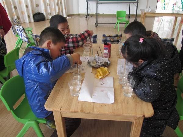 长城幼儿园历年来一直重视教科研活动的开展。 3月21日是本学期第一轮教研活动的第二次教研活动,由余怀婷、王春莲两位老师分别执教小班的科学活动《蛋宝宝站起来》和大班的科学活动《水的溶解》。 本学期长城幼儿园教研活动以科学学科领域作为教研学科,开展的形式是一课二研,(同一节课同一个人分两次用不同的形式上)。第一次上课, 教师们自己自由选择一节科学课,自己备课,在每周二的教研活动日进行教研活动(上课 交流 研讨 分组进行二次集体备课)。 为了提高教研活动的质量 ,请来了区教研室的金琴华老师来园观摩和指导,金老师