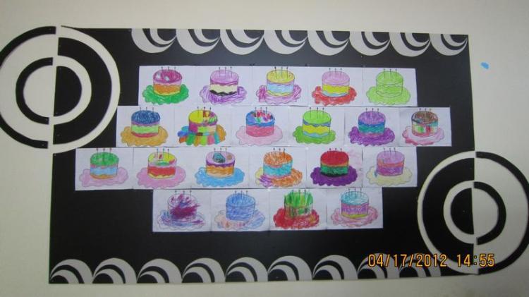 教师巧手制作幼儿绘画作品展示墙