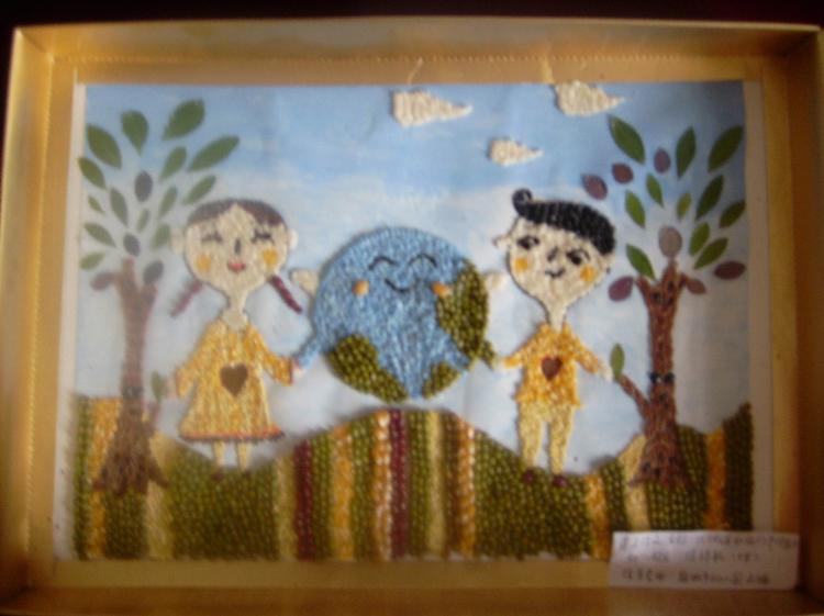 为给幼儿搭建美术特长展示的平台,促进绘画、手工等动手操作能力的提高,市幼儿园充分抓住国家、省、地市组织的各类美术参赛机会,大力宣传、认真辅导、捕捉创造火花和灵感,积极组织幼儿参赛。 在2012年成长的足迹全国幼儿创意美术大赛活动中,幼儿园参赛作品共83幅,作品表现形式多样:有油棒画、线描画、水粉画、水墨画、刮画、手工粘贴画、亲子手工制作等;作品构思创意十足、想象丰富、笔触大胆、色彩和谐美。瞧瞧孩子们的佳作吧! 油棒画:   线描画:   刮画:  水粉画、水墨画:   亲子手工制作: