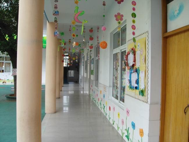 《幼儿园教育指导纲要》中明确提出:环境是重要的教育资源,应通过环境的创设和利用,有效促进幼儿的发展。在幼儿园的教育活动中,幼儿每天身处其中,幼儿的身心发展,社会化发展以及个性发展,无一不受到环境的影响,因此环境作为一种隐性课程,对幼儿园的日常教育活动起着重要的作用。为让幼儿园环境丰富起来,达到 环境育人的教育目的,同时也为了迎接市级幼教典型课例观摩与研讨活动,我园开展了一次环境创设活动,包括各班活动室和各楼道、走廊,在这次环境创设中,各班老师发挥各自的聪明才智,让环境在老师和小朋友的装扮下,一下