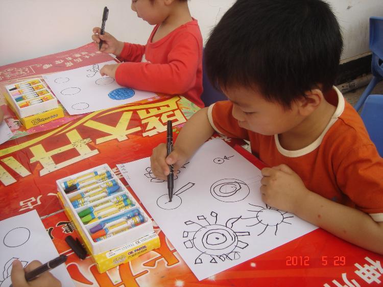 """麻城市幼儿园早教中心""""庆六一""""系列活动(一)幼儿现场作画"""