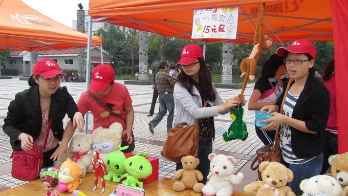 实验幼儿园成功举办爱心义卖活动