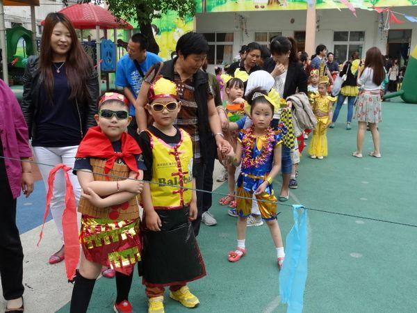 6 月 1 日 上午,幼儿园内彩旗飘扬,笑语欢歌,处处洋溢着喜悦和欢乐.