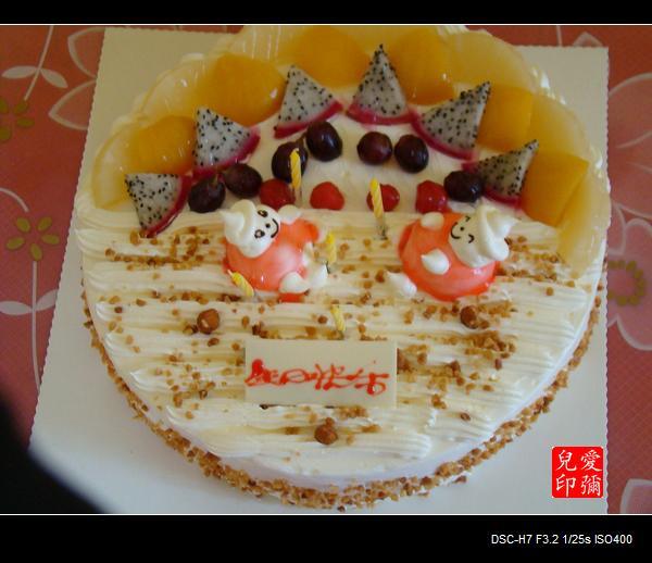 宁宁的爸爸妈妈为孩子们准备了精美的蛋糕,感谢你们