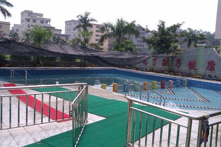 幼儿园户外游泳池.