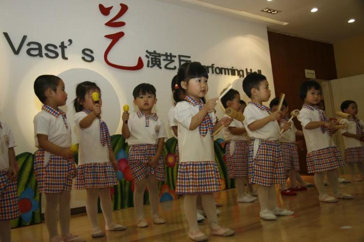 六一儿童节上,小小班的小朋友为我们表演打击乐